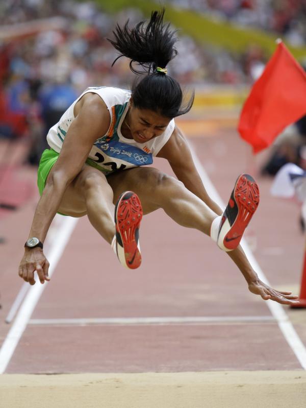 图文-奥运女子三级跳远决赛展开 腾空刹那