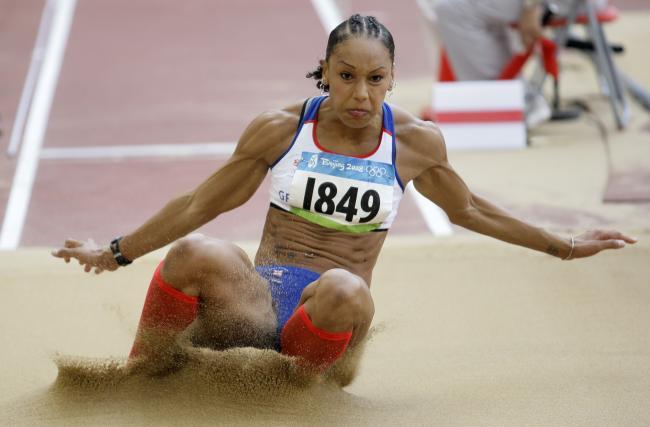 图文-奥运女子三级跳远决赛展开 沙尘滚滚