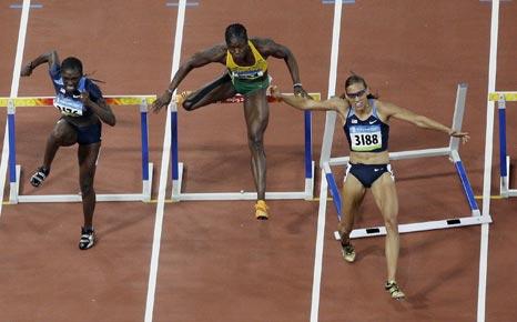 图文-奥运女子100米栏决赛赛况 选手跨栏失误
