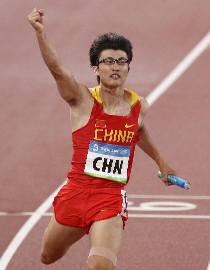 图文-男子4X100接力中国晋级决赛 胡凯庆祝晋级