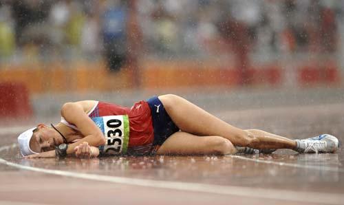 图文-女子20公里竞走决赛 累得倒在地上休息