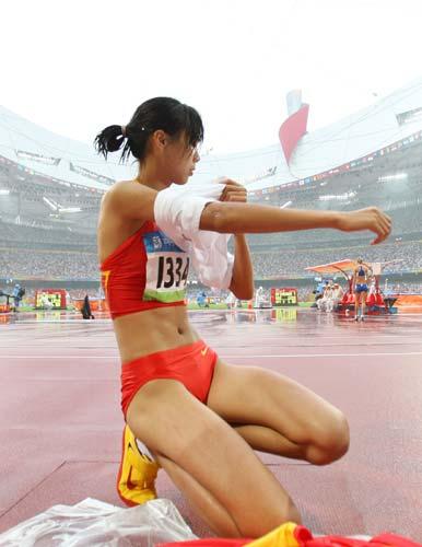 图文-女子跳高资格赛赛况 脱去背心准备上场