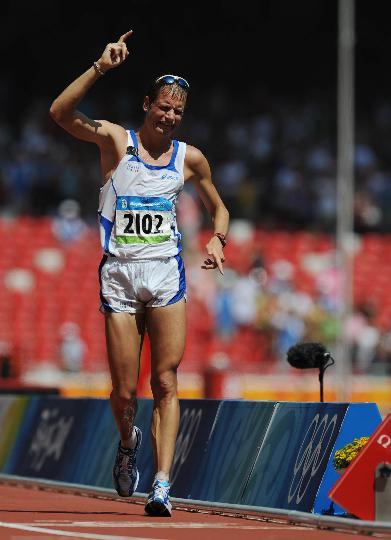 图文-意大利选手夺得男子50公里竞走冠军 冲过终点