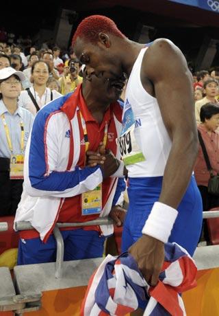 图文-田径男子三级跳远决赛 教练员指导队员