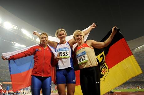 图文-女子标枪捷克选手夺冠 赛后来个合影照