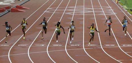 图文-田径女子200米坎贝尔卫冕 冲过终点瞬间