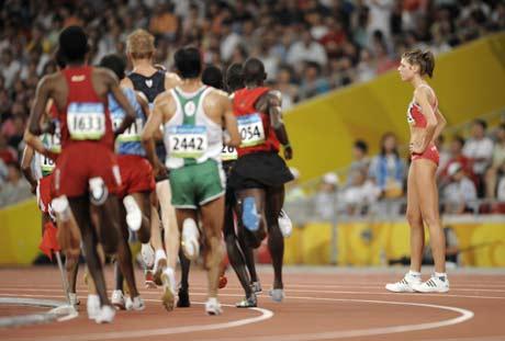 图文-[奥运]田径男子5000米决赛 美女等着急了