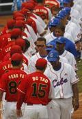 图文-奥运会棒球比赛中国vs古巴 双方运动员进场