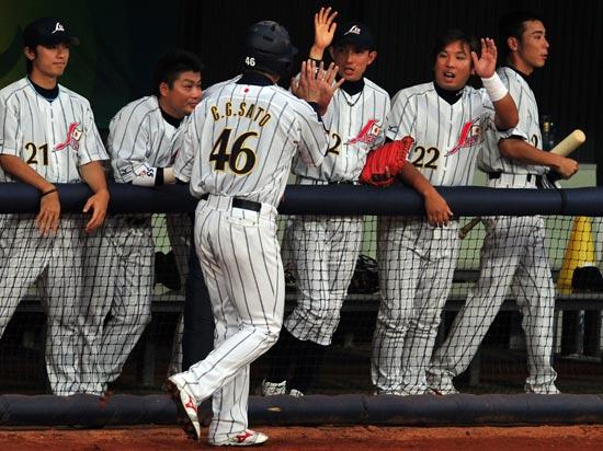 图文-19日棒球预赛赛况 庆祝打出本垒打