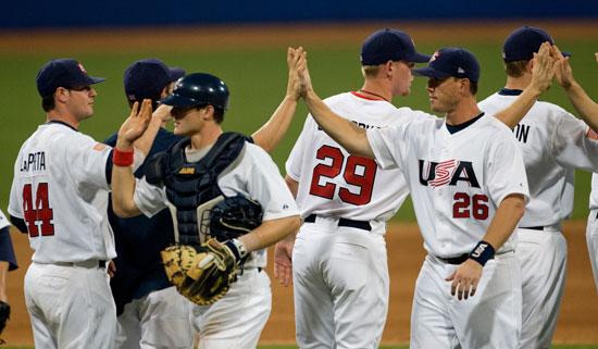 图文-19日棒球预赛赛况 美国队庆祝胜利