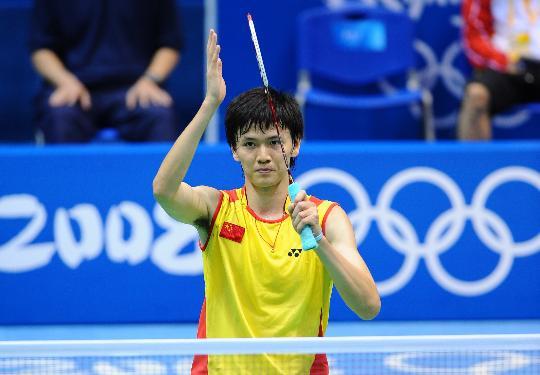 图文-奥运会羽毛球男单赛 鲍春来表情严肃
