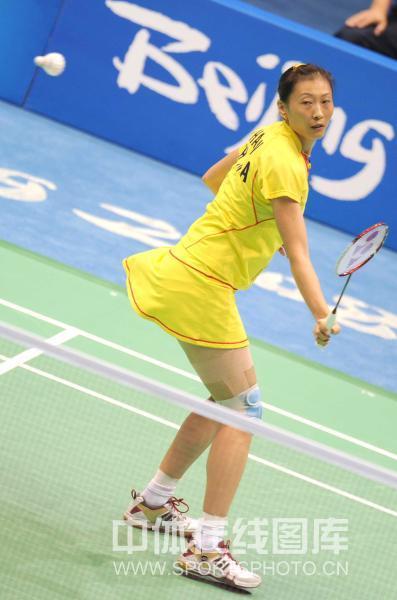 图文-奥运会11日羽毛球女单赛况 张宁回球