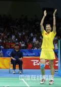 图文-奥运会羽毛球赛女单决赛 张宁鼓掌庆祝胜利