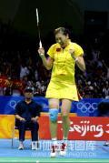 图文-奥运会羽毛球赛女单决赛 拖着一条双腿比赛