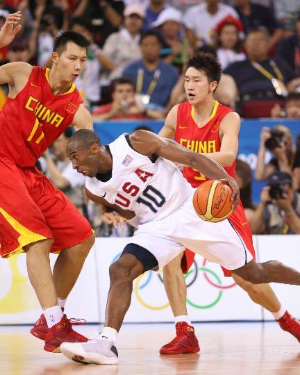图文-[奥运会]中国男篮70-101美国 科比知难而上