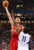 图文-[奥运会]中国男篮70-101美国 姚明高举高打