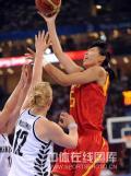 图文-[奥运]中国女篮VS新西兰 陈楠篮下高举高打