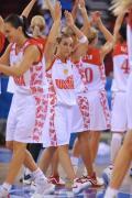图文-15日女篮小组比赛赛况 赛后庆祝胜利