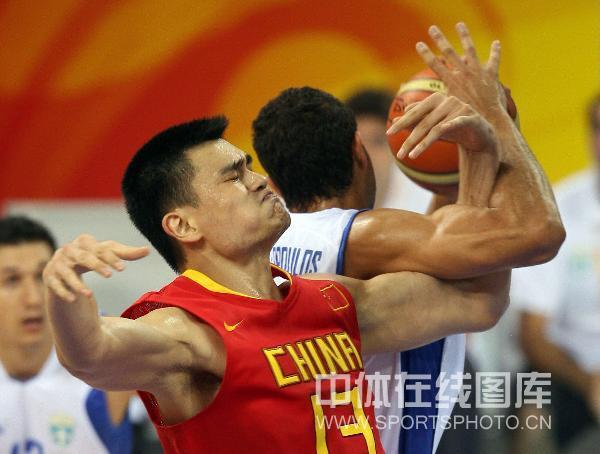 图文-[奥运会男篮]中国队vs希腊 两人较量胳臂劲