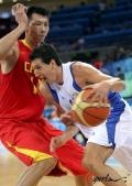 图文-[奥运]中国男篮77-91希腊 易建联抢先后撤步