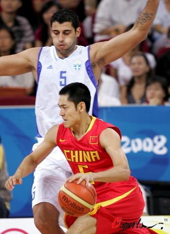 图文-[奥运]中国男篮77-91希腊 张庆鹏犀利突破