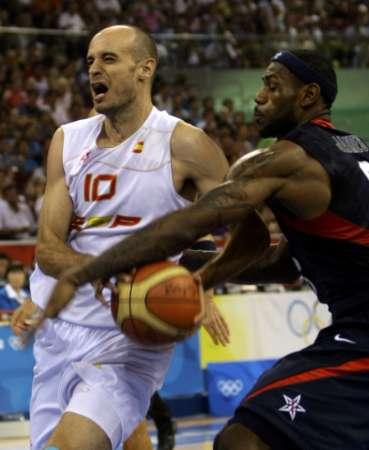 图文-奥运男篮决赛美国vs西班牙 詹姆斯凶狠抢断