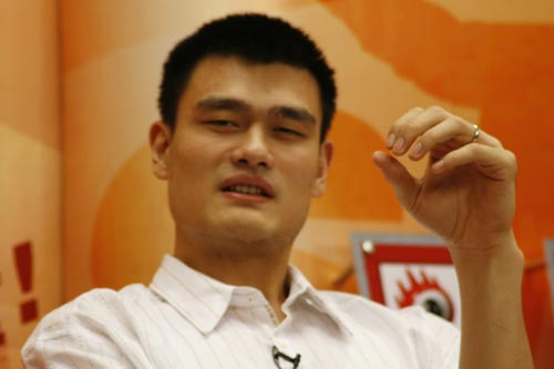 图文-姚明做客新浪与网友畅谈 结婚戒指很显眼