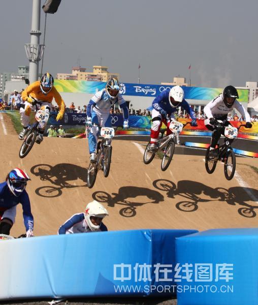 图文-奥运会小轮车女子竞速决赛 各路选手争先