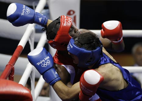 图文-19日奥运拳击赛场赛况 趴在对手身上