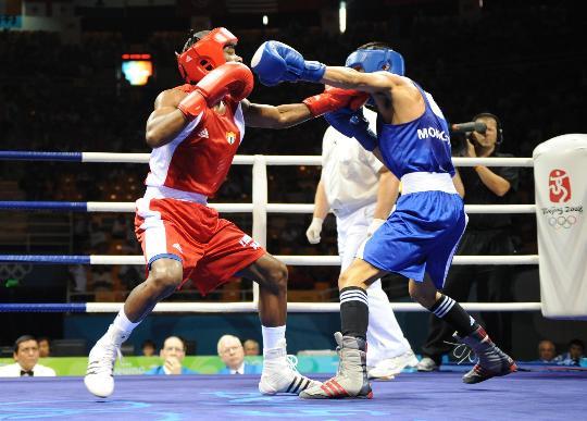 图文-男子拳击54公斤级决赛 手臂长占优势