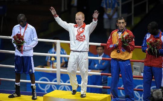 图文-男子拳击60公斤级决赛 季先科登上领奖台