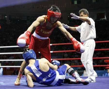 图文-男子拳击48公斤级邹市明夺冠 对手倒在了地上