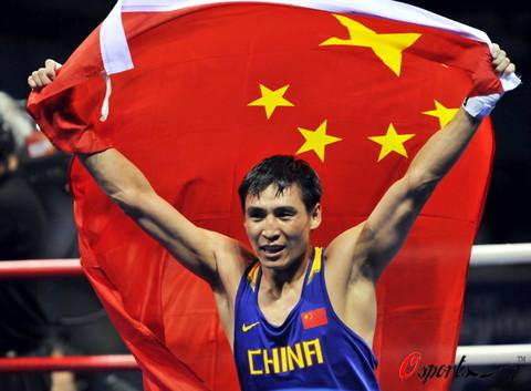 图文-拳击81公斤级中国收获金牌 五星红旗