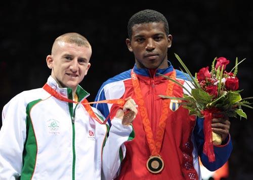 图文-男子拳击48公斤级邹市明夺冠 两名铜牌得主