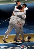 图文-中国进入男子重剑团体1/4决赛 抱团庆祝胜利