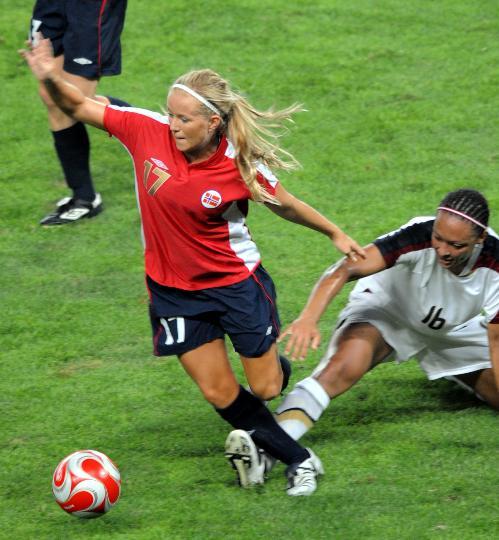 图文-[女足]挪威2-0美国 挪威队米肖兰在比赛中拼抢