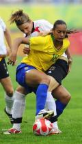 图文-[女足]德国0-0巴西 巴西球员罗萨娜与对手拼抢