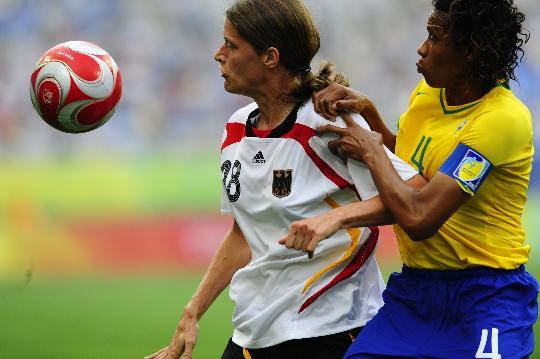 图文-[女足]德国队0-0巴西 巴西队塔尼娅与对手争抢