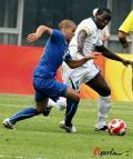 图文-洪都拉斯VS意大利 队长亨德里带球突破