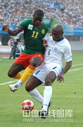 图文-喀麦隆国奥对阵洪都拉斯 难以逾越的障碍