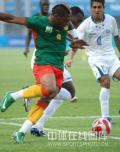 图文-喀麦隆国奥对阵洪都拉斯 二人包夹危险人