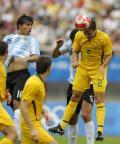 图文-[男足]阿根廷vs澳大利亚 诺思跳起争顶头球