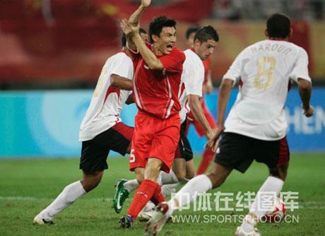 图文-[男足]中国0-2比利时 李玮峰示意对方手球