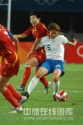 图文-[奥运]中国女足VS日本 女足对抗也很激烈