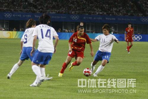 图文-[奥运]中国女足VS日本 刘华娜遭三人拦截