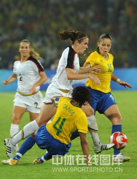 图文-女足决赛美国1-0巴西 美国队员带球突破