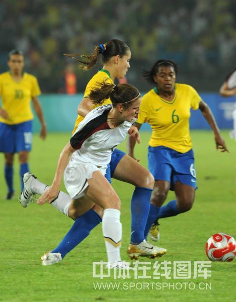 图文-女足决赛美国1-0巴西 双方争抢