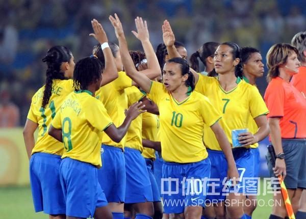 图文-女足决赛美国1-0巴西 美国队庆祝胜利