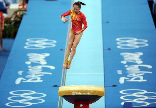 图文-中国队征战女团决赛 邓琳琳在进行跳马比赛