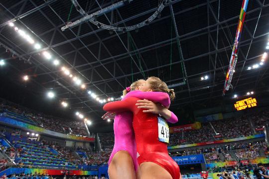 图文-体操女子全能决赛赛况 与队友兴奋相拥